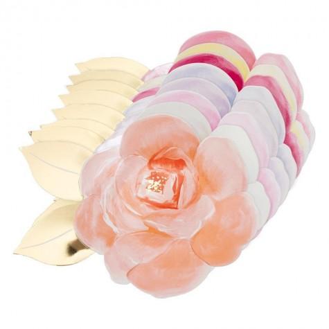 Piatti colorati a forma di petali di rosa