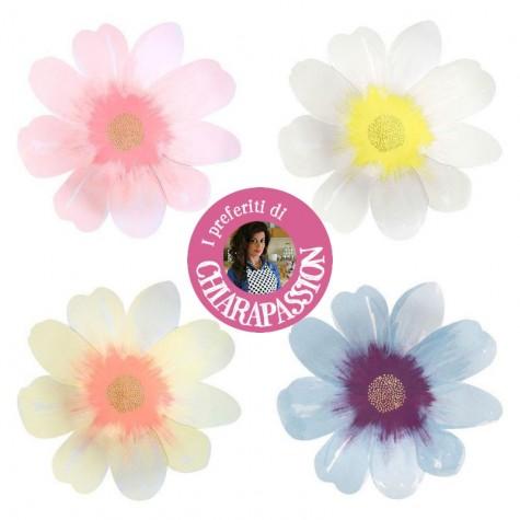 Piatti di carta a forma di fiori colorati