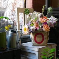 Cesto in rafia con lettera dipinta e bouquet di fiori Olivia